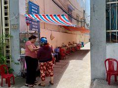 ベトナム、ダナンにて。とっても暑いお昼間、これから路地で食堂を開店しようとしている女性と知り合いの立ち話風景。なんだか暖かくて可愛い日常だなぁと思いました。2019年8月6日撮影