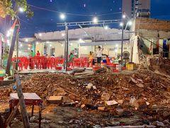 ビーチリゾートの開発がすざましいベトナム、ダナンの街。取り壊しが行われている隣で全く気にせず営業している飲食店の風景に思わず写真を撮りました。2019年8月6日撮影。