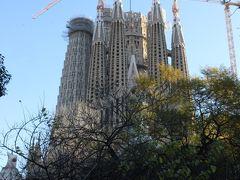 バルセロナ3日目はサグラダファミリアからスタート。 宿から歩いて行ったけど、だんだんと近づくにつれ、その大きさに圧倒される。 ガウディの生前から100年以上を経て、その没後100年となる2026年の完成を目指し、今尚建築途中。