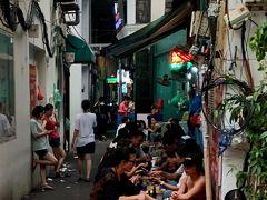 ベトナム、ハノイ大聖堂の近く。道路に小さなテーブルと椅子と並べたら食堂に。ベトナムでは当たり前の風景がすごく新鮮でした。2019年8月9日撮影。