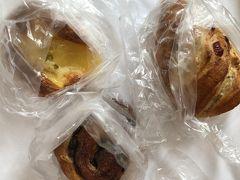 まずは博多阪急地下のパン屋。基本1個100円。最近はサンドイッチがなく、残念。右のは、ベリー入りの150円。左はりんご、右はレーズン入り各100円。プラス税