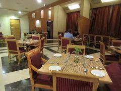 20:15 ホテルのレストランで夕食です