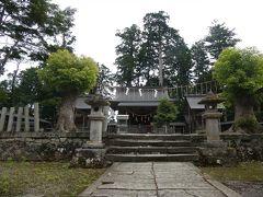 素朴な風貌の拝殿前に進んでお参り。 後ろのご神木はすっくと立っていますが、手前左右の大木は最近枯れてしまったのかな?(2017年に訪問している下川友子さんのブログ写真には、立派な姿の木が写っていたので・・・)