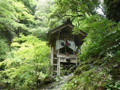 10分ほどで森に覆われた渓谷の露岩上に建つ天岩戸神社に到着。