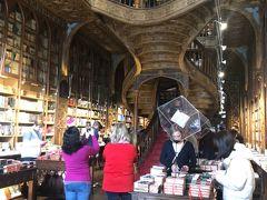 レロ書店は、入場券が必要です。5ユーロのバウチャーで、書店でのお会計に使用できます。  書店の入口とは別の場所で入場券を購入するようですが、自分たちは事前にオンラインで入場券を購入していたので、スマホの画面を見せて入場しました。