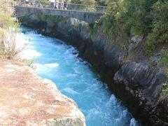 次にはフカ滝に行きました。こちらは有名な観光地なので駐車場もいっぱい。 ごうごうと流れるフカ滝。水量がすごいです。