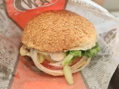 帰りの那覇空港ではA&Wのモッツァバーガー!! ビッガーパティとシャキシャキ野菜にフレッシュトマト2枚! 特製モッツァソースを通常の3倍!!!ビッグでジューシー、スペシャルなバーガー。