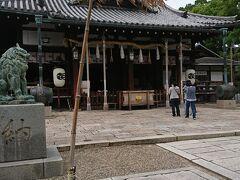 徒歩10分程度でつきました。 射楯兵主神社です。 姫路城側から向かう場合は赤い派手な門が目印です。  なんの神様がよくわからないまま参拝。  楽しくきままな一人旅が再び楽しめるようになったことへの感謝と、 今後も末永くこの状況が続くようにお願いしました。
