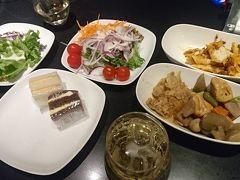 フライトは羽田→金浦のANA夜便。まずは腹ごしらえでANAラウンジ。野菜中心で。筑前煮とかペンネとかいつもより品数が多く満足。