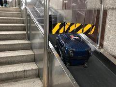 地下鉄ソウル駅は、階段横に荷物用のコンベアがあります。便利。