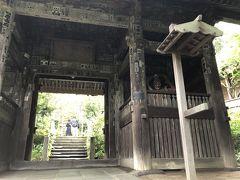 杉本寺の山門、仁王門。 バス通りから本堂までの階段の、中間あたりにあります。門の左右には、江戸時代に運慶の手によるという仁王像が納められていて、山門を守っています。