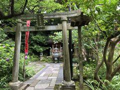 仁王門をくぐって、正面は苔の石段。右側にあるのがこの神社です。 お参りすると、蔵が建つほど富を得られるという、大蔵弁財天です。