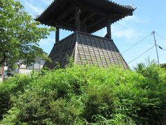 岩槻人形博物館から2分ほどの住宅地に残る時の鐘。 1671年に岩倉藩主が設置し、午前6時と午後6時に藩士が鳴らしていたそうですが、1720年に改鋳され、2001年から自動で鐘が鳴るようになったそうです。当時は、「岩槻にすぎたるものが2つある。児玉南柯と時の鐘」とうたわれ、街で誇れる鐘だったようです。 鐘の前には、樹齢130年、幹回り4.7mの大きなイチョウが植えられ、鐘同様、歴史が感じられます。