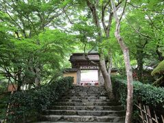 寂光院に行きます。 聖徳太子が建立したと言われるお寺です。