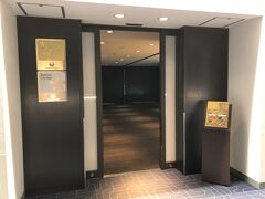 羽田空港第1ターミナル 北ウイング2F  日本航空『ダイヤモンド・プレミアラウンジ』&『サクララウンジ』 (北ウイング)のエントランスの写真。