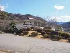 ダム湖の畔にある伊那市立高遠町歴史博物館。 こちらに日本百名城スタンプが設置されている関係で、こちらを先に訪れるべく先程工事車両しか通らないような道を歩いてきた次第。