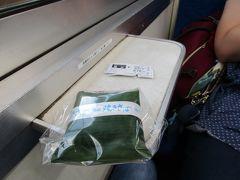 ボックスシートの車内では、福井駅のホーム上売店で購入した名物駅弁「番匠の笹寿司」をいただきました。