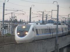 並行する北陸本線の高架橋を走る、大阪行きの特急「サンダーバード」。 2023年春に北陸新幹線の金沢~敦賀間が延伸開業すると、このあたりの在来線から特急列車の姿は消えることになります。