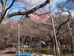 城址公園内にそびえ立つ赤い屋根の建物は、昭和11年登録有形文化財の高遠閣。現在は公園の管理事務所となっているようだが、人の気配全く無し。