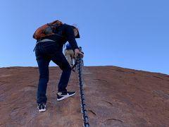 スニーカーでもツルツル滑るし、風も結構吹いていて、身をかがめないと怖い。  なるほど… コレは、ピクニック気分で登るとこじゃないわ。 登山なんてもんじゃ無くて、正にロッククライミング! しかも、鎖は全てのところに付いてるワケじゃ無い >o<  そして、どこにでもいるんだけど、、、クロックスのサンダル履きの白人^ ^;