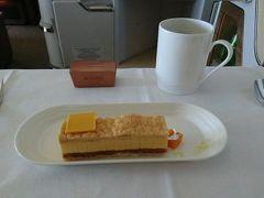 デザート。 チョコも付いてきました。確か、ベルギーのノイハウスのチョコだったかと。  さぁ、ブリュッセルに到着です。