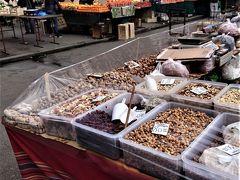 ランチの後はザグレブ大聖堂 から歩いて数分の青果市場を見学に。終了時刻が午後3時なので、行った時刻の午後2時にはすでに半分位は撤退してました。午前中に行くべきでした。