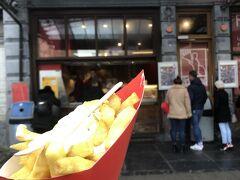最後のベルギー飯。  フリットランドにて、芋。 揚げたてのフリッツをこれでもかというくらいに食べました。 ソースがいろいろあったけれども、ガーリックマヨを選択。美味しいね。4ユーロ。