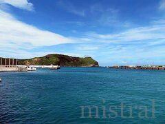ティンダバナを出た後は、クルマの進路を西へ。 名産のカジキの姿が見られないかと久部良漁港へ。 船はすべて出払っていたのか、港はひっそりしてた。