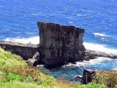さらに進むと、再び展望台付き駐車場。 そこから見えるのは軍艦岩。 これまた迫力ある感じの巨石。 わざわざ見に行ったつもりではなかったんだけど、道すがらに分かりやすくあったので、有名な岩をどちらも見ることができた。