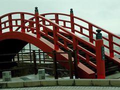 海を背景にした「志ぶき」橋。この辺りでは潮の香りがよく感じられる。