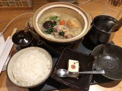 記念すべき博多の最初の食事は水炊きに決定 お店は華味鳥にしました。 東京にもお店はあり、たまにランチで親子丼を食べに行きますが、やはり本場でも食したいです。 鶏肉の弾力がたまりません。 他にもサイドメニューの鳥料理を堪能しました。