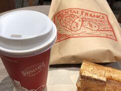 近くのシアトルコーヒーでいただきます。 シアトルコーヒーも九州に多くあり、モーニングタイムはコーヒーが安くなっていました。 明太フランスはあまりに美味しくて、もう一口もう一口と食べていたら1本無くなってしまいました。 フランスパン1本ペロリとは・・・・・恐るべし旨さ・・・・・