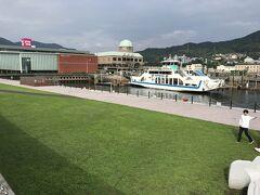 ミュージアム前は港に面し気持ちいい公園 江田島にわたる連絡船も