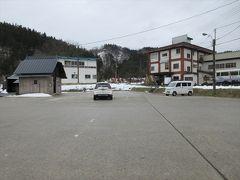 羽根沢温泉に着きました.広い駐車場があります.おの奥に与蔵峠へ続く羽根沢林道があります.