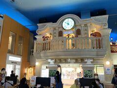 二階の街時計のバルコニーでは歌やダンスのパフォーマンスを行い、みんなに時間を知らせするパフォーマーのお仕事もあります。一階はアールエフワンで食事を食べられます。街に自動販売機はありませんが、こちらでペットボトルの飲み物は売っています。