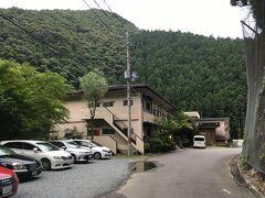 で、吉野山から十津川温泉に向かいます。途中、整備されている片側2車線の場所もあれば、対向車とすれ違うのに神経を使うような道(といってもバスも通るのである程度の幅はあります)もあったものの、2時間ほどで本日の宿、「山水」に到着です