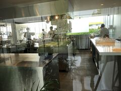 ガラス越しに見えるのがレストランアルペルジュミシュラン北海道p2017でミシュラン1つ星を獲得  ランチはリーズナブルな価格で食せるので次回は旭川から入りランチいただいてみたいです