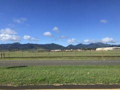 9:51 ウィーラー陸軍飛行場が見える~ バス、停留所少なく高速バス並みにすっ飛ばしています