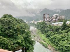 小雨降る鬼怒川温泉郷。霧が出ていて幻想的でした。 観光客はまったく見当たりません。