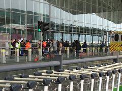 空港到着 デモのせいですっかり厳しくなった香港国際空港の入り口。 新型コロナウイルスのせいで混んではいませんでしたが・・