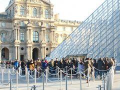 2月12日、パリ最終日は観光の本丸、ルーブル美術館。 開場早々エントランス前には既に多くの人が。