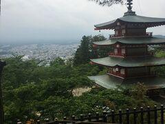 新倉山 浅間公園 忠霊塔。 階段を結構上がったなあ^ ^:  曇ってて富士山見えませんでした 😭
