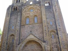 ◆Abbatiale Sainte-Foy サント・フォワ修道院付属教会  8世紀末、隠修士ダドンが建てた聖堂が起源 のちにSante Foy聖女フォアを祀る 聖フォアの聖遺物の霊験で奇跡が続発。巡礼路がアジャンからコンクへ移り、1050~1120年にかけて大きな修道院附属教会を建設 宗教改革、フランス革命で破壊、閉鎖。19世紀、歴史記念物監督官Prosper Mériméeプロスペル・メリメの訴えで修復、復元  2つの塔がずど~んと伸びる独特のファサード お、大きいっ!