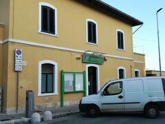 ここが有名な観光地か?!と思うほど小さなローカル感のあるアルベロベッロの駅です。