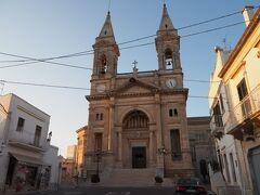 トゥルッリエリアはこの教会とは反対側へ進んでいきます。