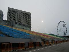 後ろにはシンガポールフライヤーも見えます。