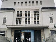 右を見ると大阪市立美術館です☆  以前は階段の真ん中に花壇があり、パンジーが植えられていたと思うのですが、今日は花壇の跡らしきものが見えるだけ…