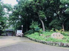 美術館の横には日本庭園の慶沢園。  もちろん閉まってるので入れません。。。