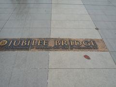 最後のルートでジュビリーブリッジという北側からマーライオン公園に向けての橋を進みます。建国50周年で建てられた橋のようです。