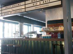 のんびりして時間が過ぎた後、マーライオン公園の傍にあるOverEasyというカフェでランチしました。